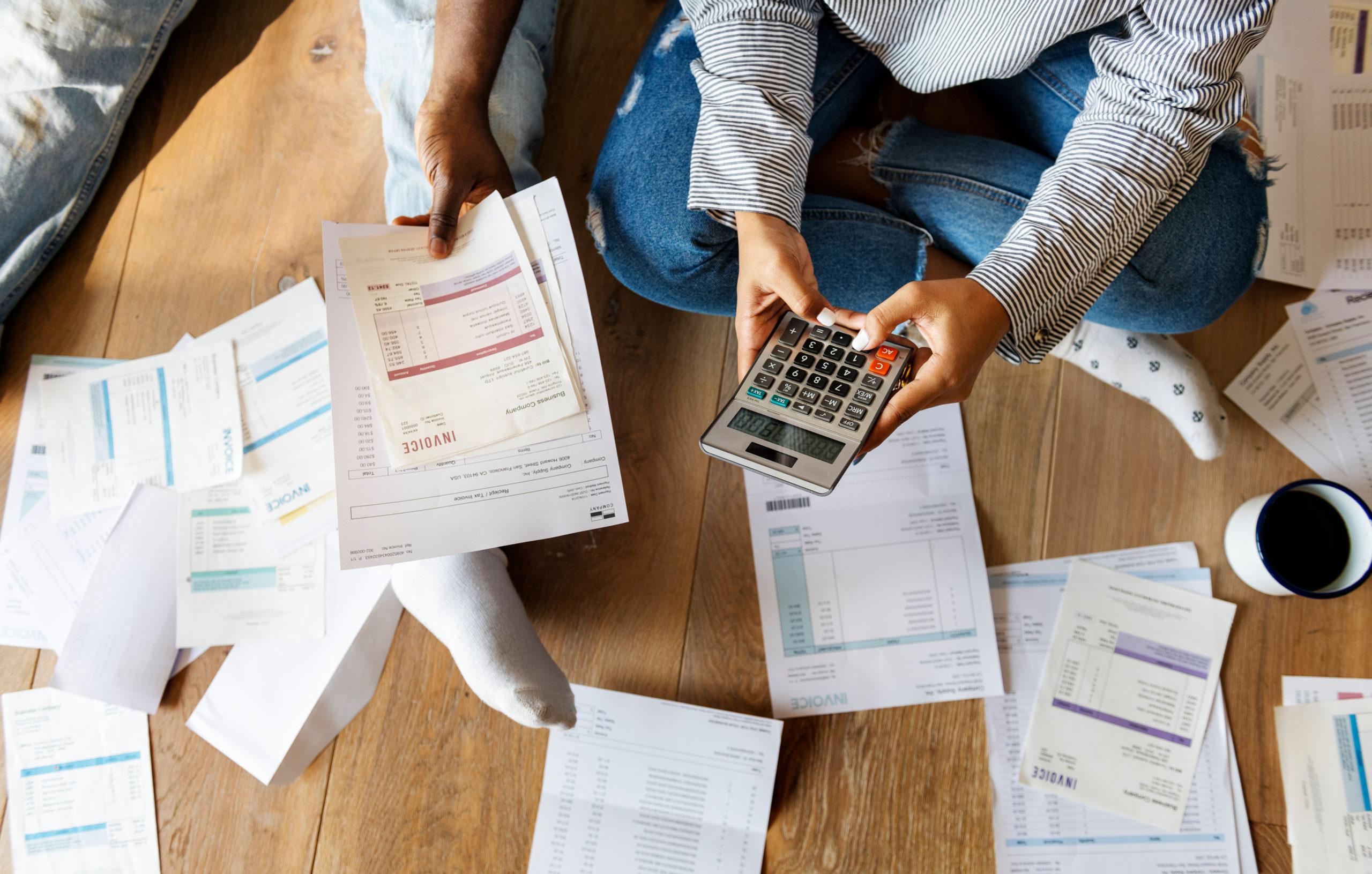 par som går gjennom gjeld og regninger